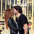 Poppy Montgomery et Shawn Sanford s'embrassent devant le château de Versailles, le 22 septembre 2012.