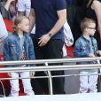 Zlatan Ibrahimovic et ses fils Maximilian et Vincent assistent au match de football PSG-Reims, au Parc des Princes à Paris le 5 avril 2014.