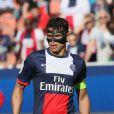 Le capitaine du PSG, Thiago Silva victime d'une fracture de l'os zygomatique porte un masque de protection en carbone lors du match de football PSG-Reims, au Parc des Princes à Paris le 5 avril 2014.
