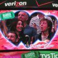 Paul McCartney et sa femme échangent un baiser lors d'un match de basket à Los Angeles, le 6 avril 2014. Lorsque la kiss cam se pose sur vous, c'est la règle, il faut s'embrasser !