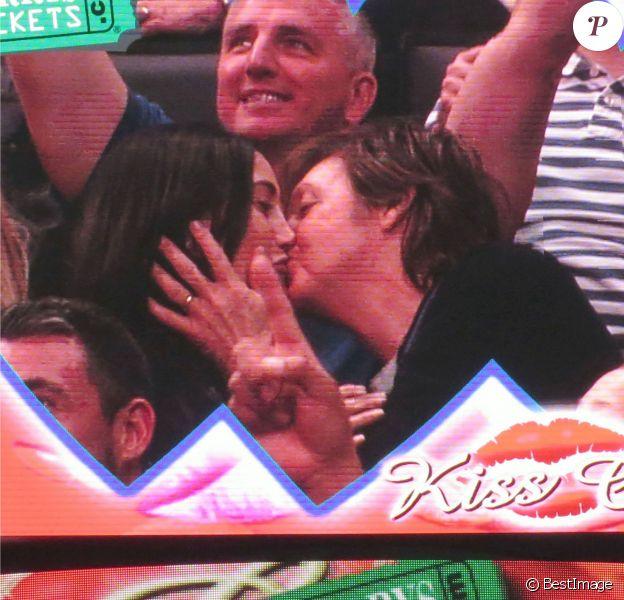 Paul McCartney et sa femme Nancy Shevell échangent un baiser lors d'un match de basket à Los Angeles, le 6 avril 2014. Lorsque la kiss cam se pose sur vous, c'est la règle, il faut s'embrasser !