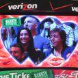 Paul McCartney et Nancy Shevell échangent un baiser lors d'un match de basket à Los Angeles, le 6 avril 2014. Lorsque la kiss cam se pose sur vous, c'est la règle, il faut s'embrasser !