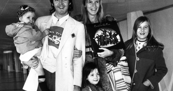 paul mccartney et linda avec leurs enfants stella heather et mary en 1973 londres. Black Bedroom Furniture Sets. Home Design Ideas