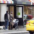 La princesse Madeleine de Suède, son mari Chris O'Neill et leur fille Leonore en promenade avec leur chien Zorro à New York, le 29 mars 2014.