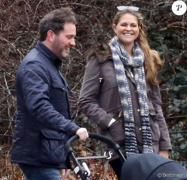 Exclusif - La princesse Madeleine et son mari Chris O'Neill radieux avec leur fille Leonore lors d'une promenade à New York le 30 mars 2014.