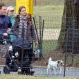 Exclusif - La princesse Madeleine, qui tient en laisse son chien Zorro, son mari Chris O'Neill et leur bébé Leonore lors d'une promenade à New York le 30 mars 2014.