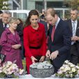 Le duc et la duchesse de Cambridge déposant des pierres commémoratives à Christchurch, en Nouvelle-Zélande, le 14 avril 2014