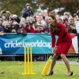 Kate Middleton s'essayant au cricket à Christchurch, en Nouvelle-Zélande, le 14 avril 2014.