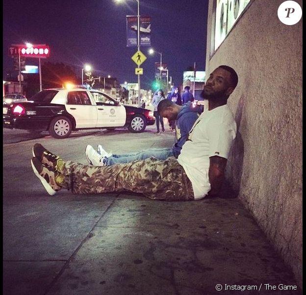 Sur Instagram, The Game a posté le 4 avril cette photo de lui, menotté et assis par terre.