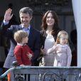 Frederik et Mary de Danemark avec les jumeaux Vincent et Joséphine. La famille royale de Danemark fêtait les 74 ans de la reine Margrethe II au château de Marselisborg, à Aarhus, le 16 avril 2014.