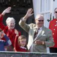 La reine Margrethe II et le prince consort Henrik saluant la foule, avec leurs petits-enfants Christian et Isabella. La famille royale de Danemark fêtait les 74 ans de la reine Margrethe II au château de Marselisborg, à Aarhus, le 16 avril 2014.