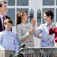 La princesse Marie complice avec son beau-fils le prince Nikolai. La famille royale de Danemark s'est réunie autour de la reine Margrethe II au château de Marselisborg, à Aarhus, le 16 avril 2014, pour fêter les 74 ans de la souveraine. Leurs compatriotes ont pu accéder au parc du château pour observer leur apparition au balcon vers midi.