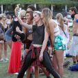 Ireland Baldwin s'éclate lors du festival de musique Coachella à Indio en Californie. Le 13 avril 2014.