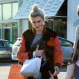 Ireland Baldwin fait du shopping à Malibu, le 5 avril 2014.