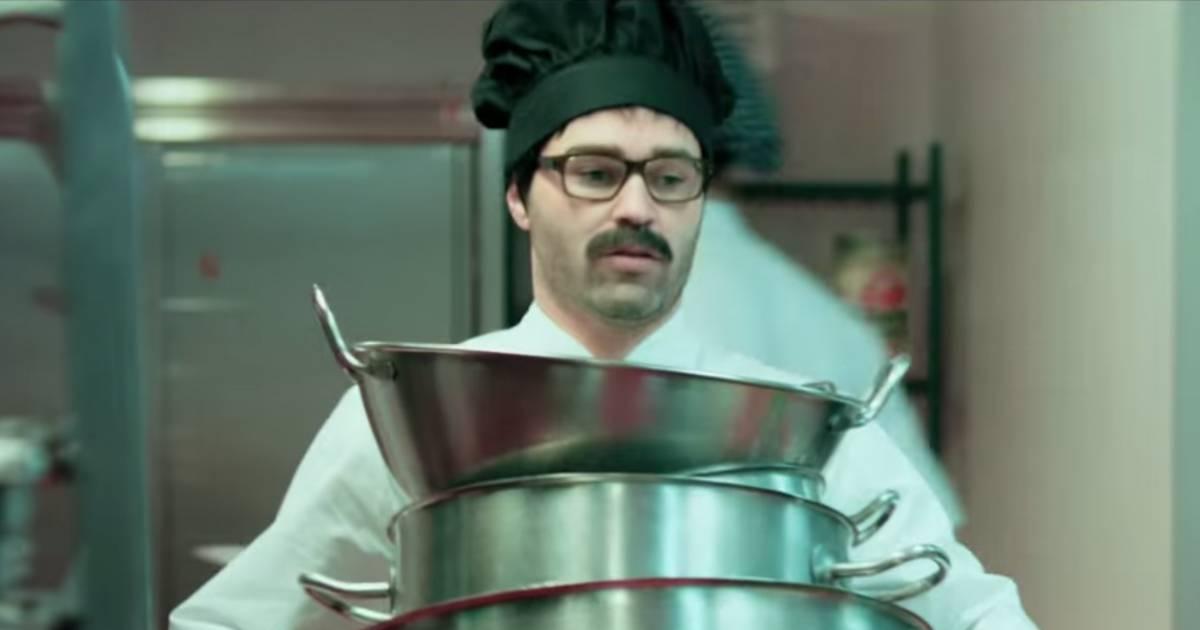 Andr s iniesta en cuisinier moustachu la star de bar a for Cuisinier piege