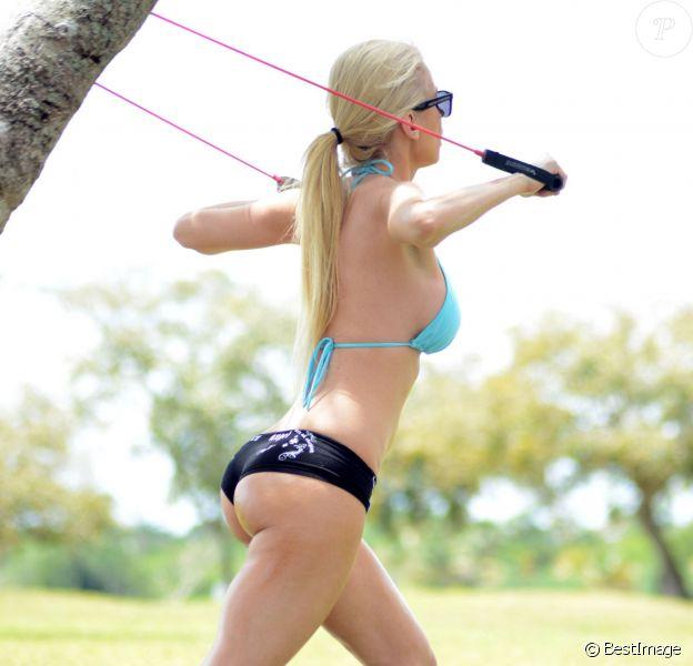 Exclusif - La playmate Ana Braga, en top de bikini et mini-short, fait un peu d'exercice dans un parc. Miami, le 26 avril 2014.