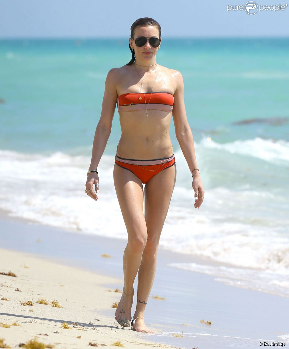 Katie Cassidy, surprise sur une plage de Miami, arbore un charmant bikini Fendi. Le 29 avril 2014.