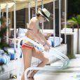 Katie Cassidy poursuit son après-midi détente à la la piscine de son hôtel. Miami, le 29 avril 2014.