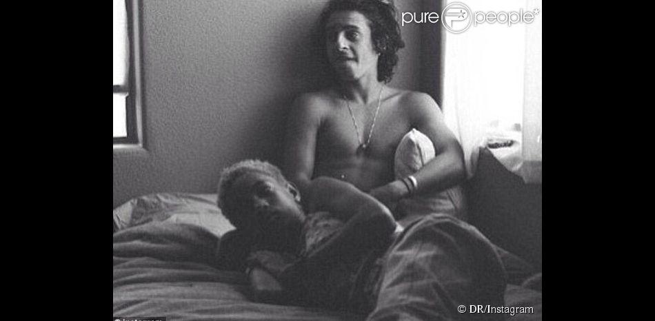 Willow Smith allongée sur lit avec un jeune acteur torse nu : la photo qui a choqué l'Amérique début mai 2014.
