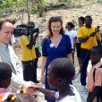 Valérie Trierweiler, marraine du Secours Populaire, a rendu visite au complexe scolaire Rivière froide dans la commune de Carrefour le 6 mai 2014 en Haïti