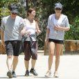 Lea Michele, très souriante, avec ses parents Marc et Edith Sarfati lors de leur randonnée dans le parc Tree People à Sherman Oaks, le 9 mai 2014.