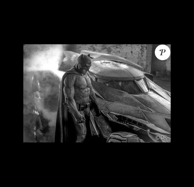 Ben Affleck dans son costume de Batman, très musclé.