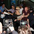 Pamela Anderson, attendue par de nombreux fans à qui elle a signé des autographes, arrive avec son mari Rick Salomon à l'aéroport de Nice pour le festival de Cannes, le 13 mai 2014.