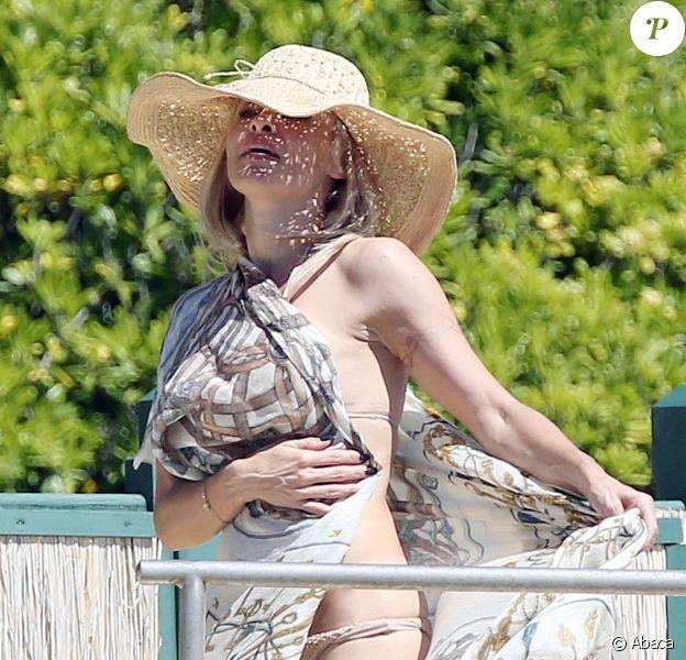 Pamela Anderson prend le soleil sur une plage de Cannes, le 14 mai 2014.