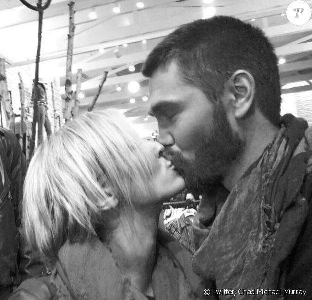 Chad Michael Murray et Nicky Whelan échangent un baiser. Twitter, le 30 octobre 2013.