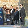 Olivier Rousteing (en smoking, au milieu) et les invités du mariage de Kim Kardashian et Kanye West arrivent au Fort Belvedere. Florence, le 24 mai 2014.