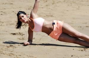 Jasmin Walia : Brassière et minishort sexy pour du sport à la plage
