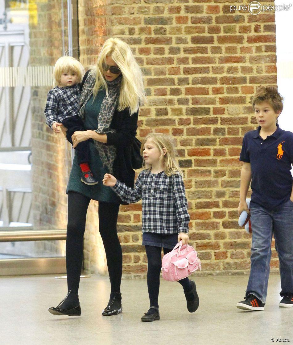 Claudia Schiffer et ses trois enfants Cosima, Clementine et Caspar à Londres. Octobre 2011.