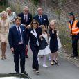 Le prince Laurent de Belgique entre la princesse Camilla et le prince Charles de Bourbon-Siciles, lors de la communion des princes Nicolas et Aymeric de Belgique le 29 mai 2014 à l'église Sainte-Catherine de Bonlez.