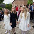 La princesse Louise de Belgique entre les princesses Maria-Chiara et Maria-Carolina de Bourbon-Siciles lors de la communion des princes Nicolas et Aymeric de Belgique le 29 mai 2014 à l'église Sainte-Catherine de Bonlez.