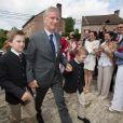 Le roi Philippe de Belgique avec ses fils le prince Gabriel et le prince Emmanuel lors de la première communion des princes Nicolas et Aymeric de Belgique le 29 mai 2014 à l'église Sainte-Catherine de Bonlez.