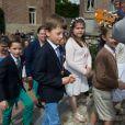 Les princes Nicolas et Aymeric de Belgique lors de leur première communion le 29 mai 2014 à l'église Sainte-Catherine de Bonlez.