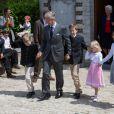 Le roi Philippe de Belgique et ses enfants Emmanuel, Gabriel, Eléonore et Elisabeth lors de la première communion des princes Nicolas et Aymeric de Belgique le 29 mai 2014 à l'église Sainte-Catherine de Bonlez.