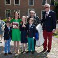 Le prince Laurent et la princesse Claire de Belgique avec le père Guy Gilbert, leur fille la princesse Louise et leurs fils les jumeaux Nicolas et Aymeric lors de leur première communion le 29 mai 2014 à l'église Sainte-Catherine de Bonlez.