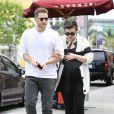 Ginnifer Goodwin, enceinte, et son mari Josh Dallas, main dans la main, à la sortie d'un centre médical à Santa Monica, le 5 mai 2014.