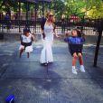 Mariah Carey en tenue de soirée sur une aire de jeux avec ses enfants Monroe et Moroccan. New York, le 3 juin 2014.