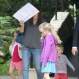 Exclusif - Jennifer Garner emmène ses enfants Violet, Seraphina et Samuel déjeuner à l'hôtel Bel-Air à Beverly Hills, le 7 juin 2014 For germany call for price - please hide children face prior publication Exclusive - 'Dallas Buyers Club' actress Jennifer Garner takes her kids Violet, Seraphina and Samuel out for lunch at the Hotel Bel-Air in Beverly Hills, California on June 7, 2014. Jennifer who hates the paparazzi tries to hide her face behind a menu that her kids had drawn on during lunch.07/06/2014 - Beverly Hills