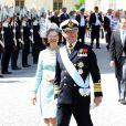 Le roi Carl XVI Gustaf et la reine Silvia de Suède et le cortège des invités lors du baptême de la princesse Leonore de Suède, au palais Drottningholm à Stockholm, le 8 juin 2014, progressent entourés d'une haie d'honneur formée par la garde royale. Deux gardes se sont évanouis lors de l'événement.