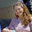 La princesse Madeleine et sa fille la princesse Leonore lors de son baptême au palais Drottningholm à Stockholm, le 8 juin 2014, au cours duquel deux gardes ont perdu connaissance.