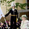 Marianne Bernadotte passe devant un garde lors du baptême de la princesse Leonore de Suède, au palais Drottningholm à Stockholm, le 8 juin 2014, au cours duquel deux gardes ont perdu connaissance.
