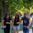 """Exclusif - Jacky, sa mère Véronique et Feys, de l'émission """"Qui veut épouser mon fils"""", se promènent dans les jardins du Champ-de-Mars à Paris. Le 6 juin 2014."""