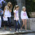 Denise Richards avec ses filles dans le quartier de Pacific Palisades, à Los Angeles, le 11 juin 2014.