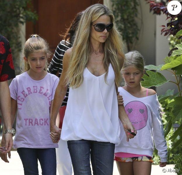 Denise Richards avec ses filles dans les rues de Los Angeles, le 11 juin 2014.