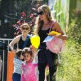 Denise Richards fait du shopping avec sa fille Eloise à Los Angeles, le 10 juin 2014.