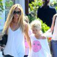 Denise Richards est allée faire du shopping avec ses filles Sam et Lola à Brentwood, après avoir déjeuné avec elles. Los Angeles, le 11 juin 2014.
