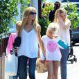 Denise Richards est allée faire du shopping avec ses filles Sam et Lola à Brentwood, après avoir déjeuné avec elles. Le 11 juin 2014.